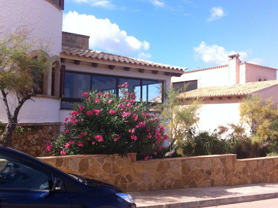Blick von der Straße auf die Villa Sa vinya