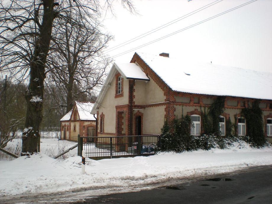 Gutsarbeiterhaus und Stall im Schnee