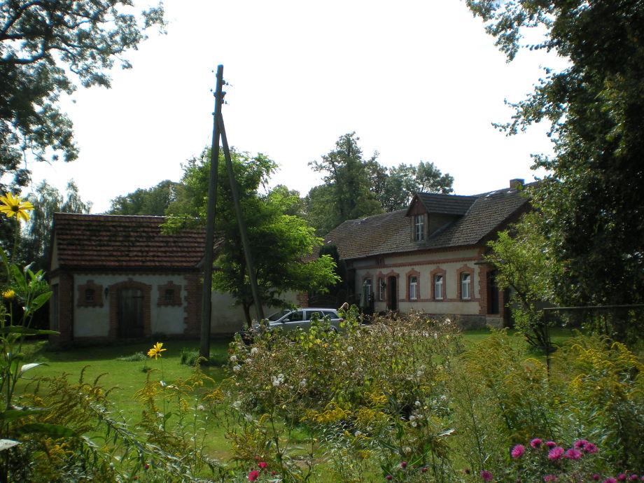 Gutsarbeiterhaus und Stall im Sommer
