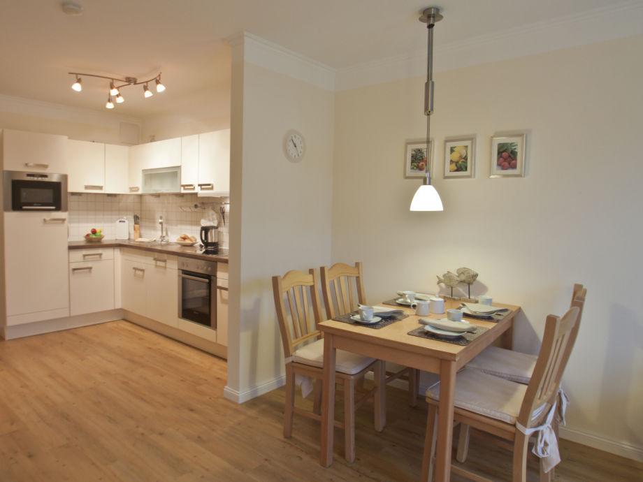 Essecke mit Blick in Küchenbereich