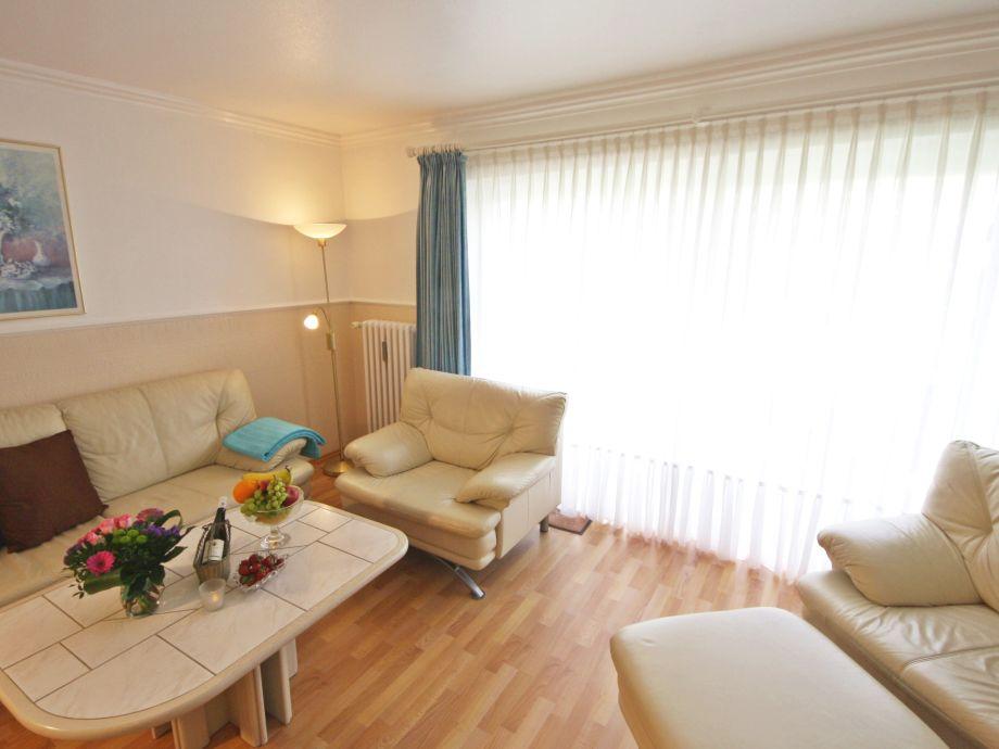 Heller Wohnraum mit großer Sitzecke