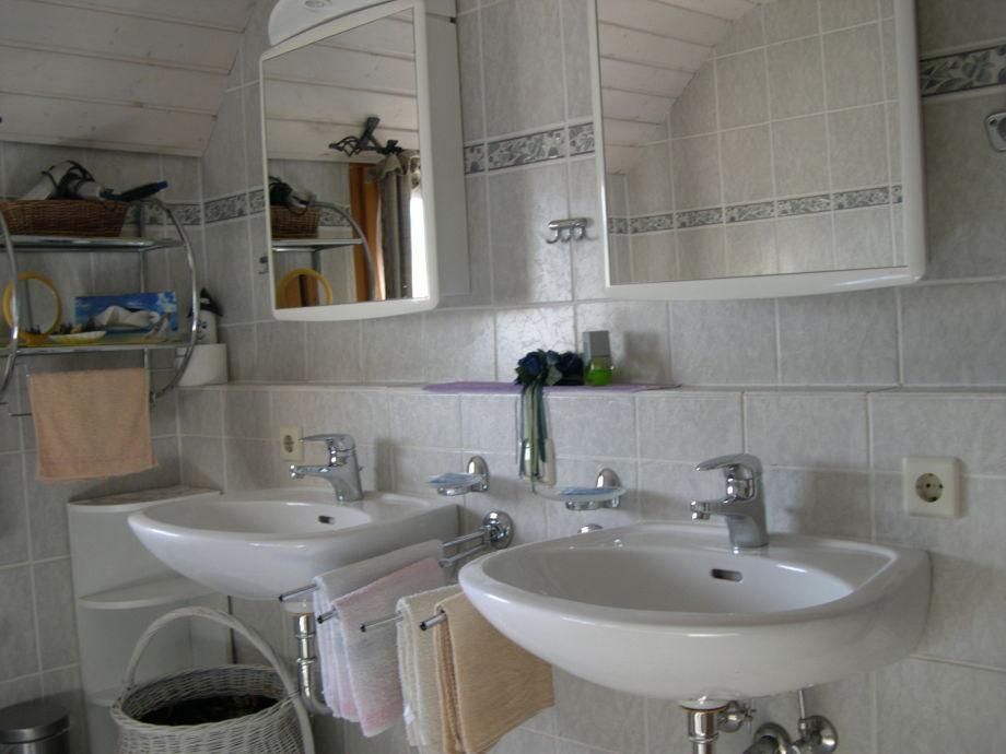 Ferienwohnung tannenzapfen im ferienhaus sonnhalde hochschwarzwald lenzkirch frau ulrika - Badezimmer zwei waschbecken ...