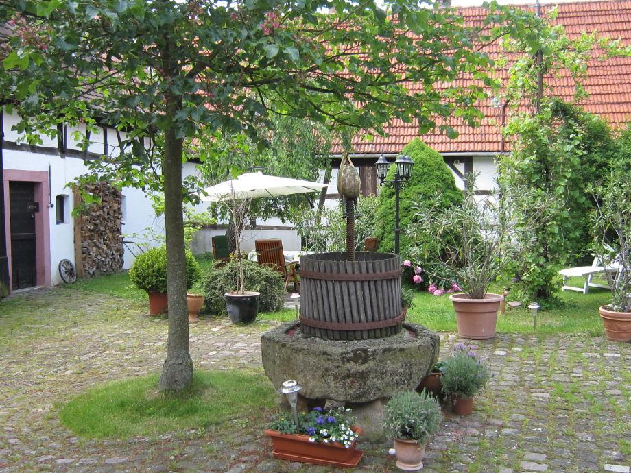 Der malerische Innenhof mit Kastanie und Kelter