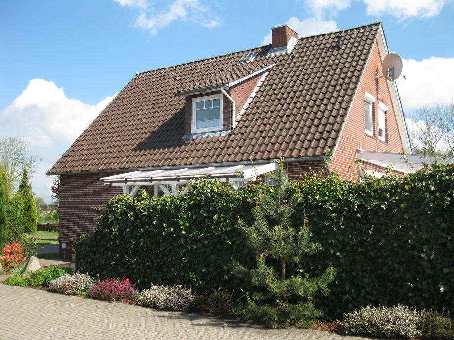 Rückansicht des Hauses mit eingezäuntem Garten
