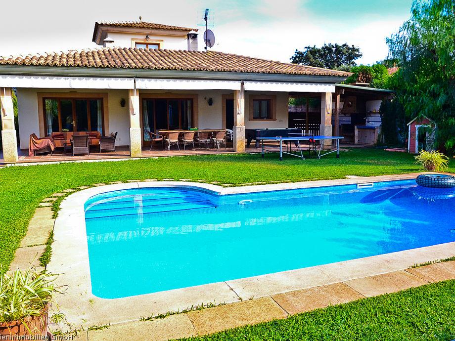 Haus, Pool und Gartenansicht