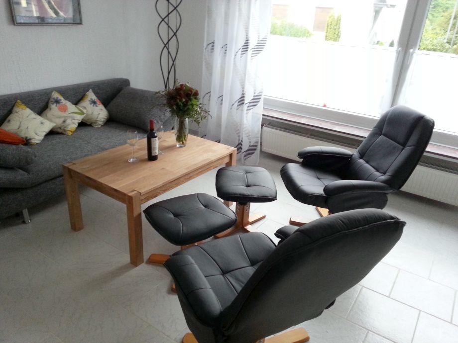 Wohnzimmer mit zweit bequemen Fernsehselleln