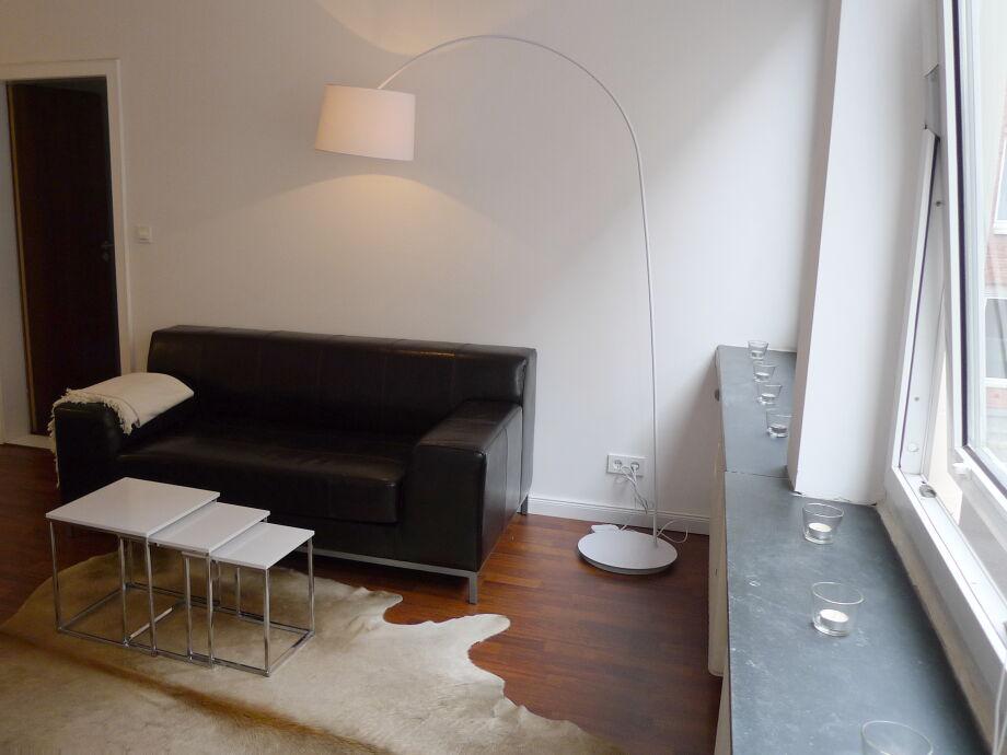 Sofa mit Tisch und Fell