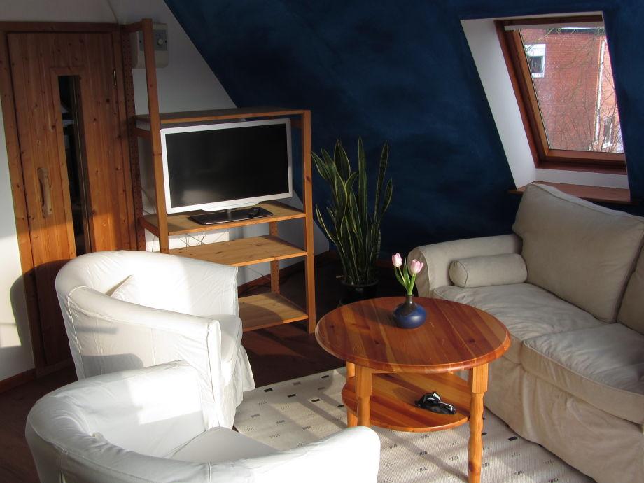 Wohnzimmer mit gemütlicher Sitzgruppe, TV und Sauna