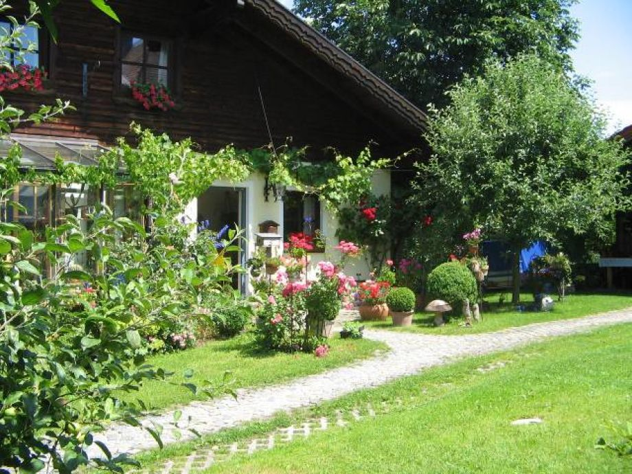 Unser Hauseingang im Sommer