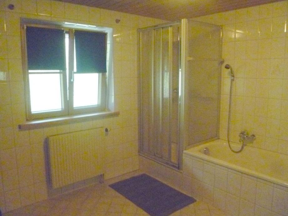 Ferienwohnung zum hannerl oberbayern familie franz ortlieb - Badezimmer mit dusche und badewanne ...