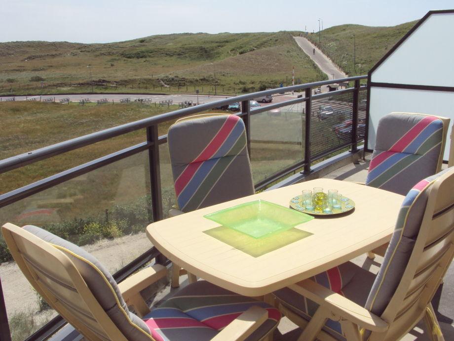 Balkon mit Blick auf Strandaufgang und Düne