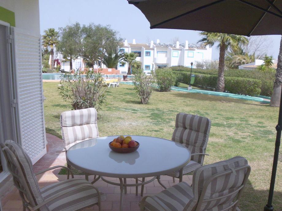 Terrasse mit Blick auf Pool