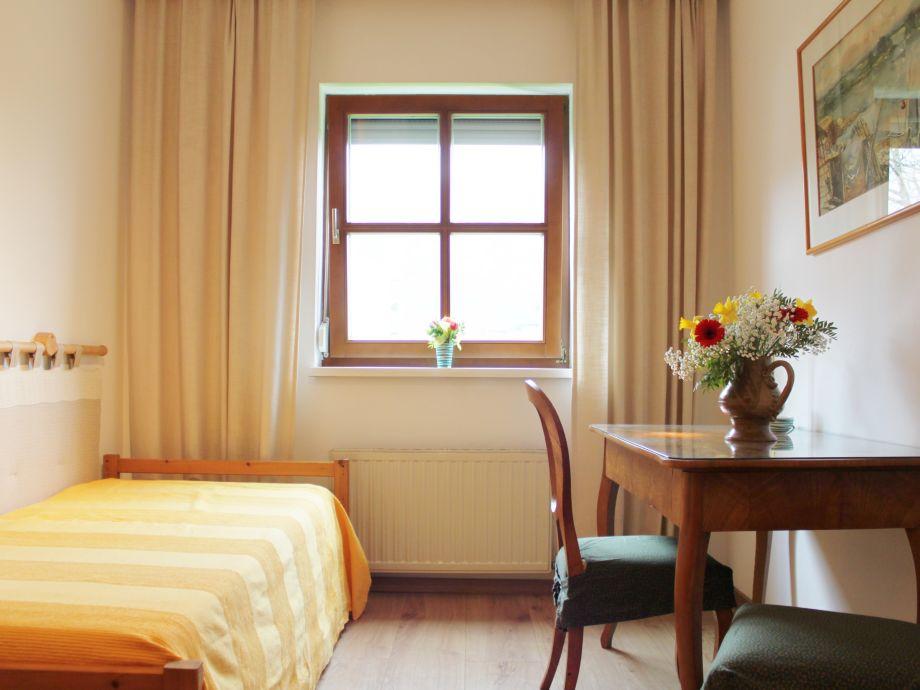 Schlafzimmer Mit Zwei Einzelbetten Und Schreibtisch