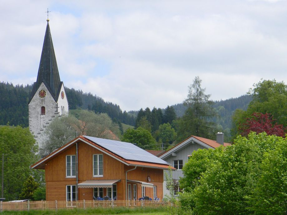 Unser wunderschönes Massiv-Holzhaus im Sommer Westseite