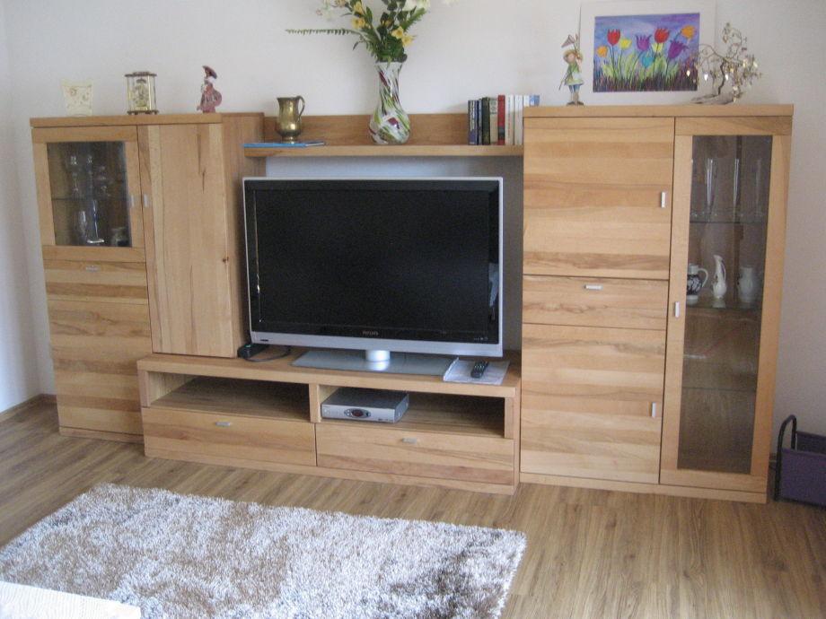 Wohnraum mit Schrankwand und Flachbild-TV