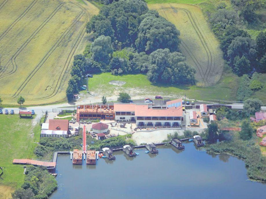 Erlebnisdorf mit Ferienpark aus der Vogelperspektive