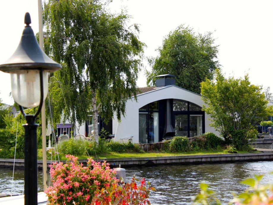 einzigartige Traumlage-Bungalow mit Garten und Bootsteg