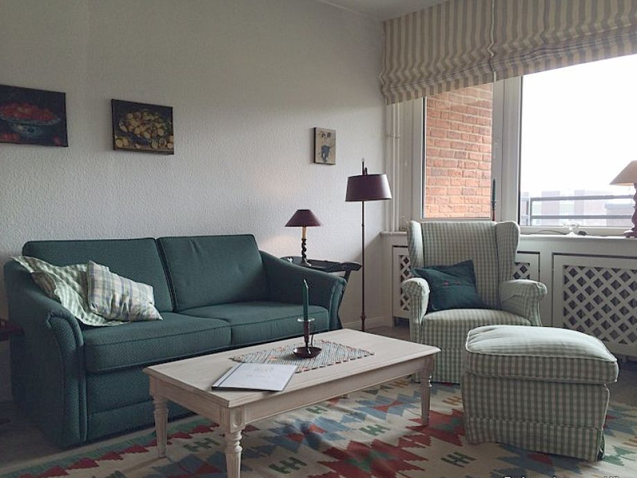 Gemütliches Wohnzimmer mit Balkon