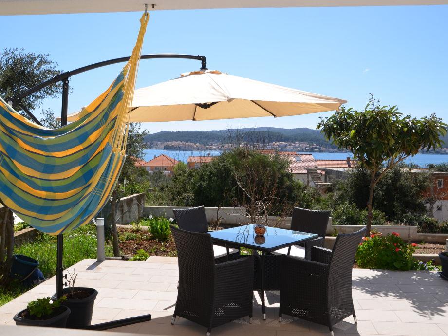 Terrasse mit Gartengarnitur und Liegestühlen