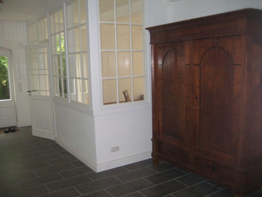 Hausflur mit Innenverglasung und historischem Schrank