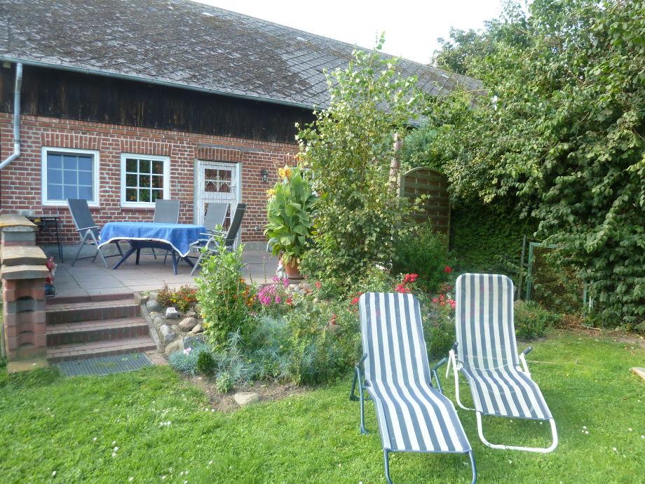 Terrasse mit Gartenmöblen