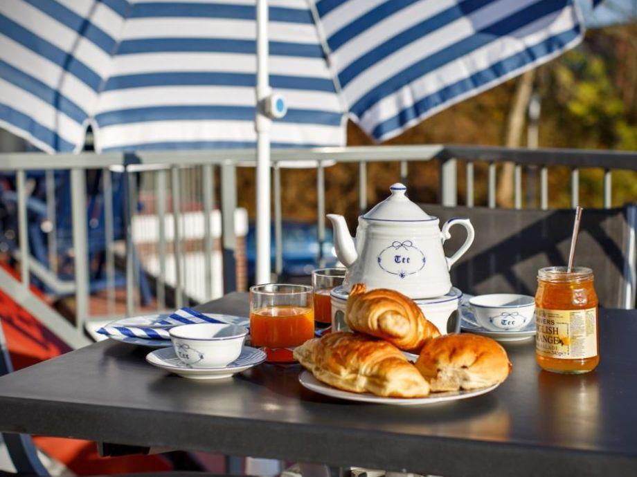 Balkon für Frühstück in der Sonne
