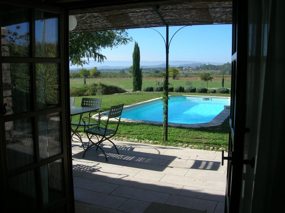 Terrasse vor dem Pool mit Blick nach Roussillon