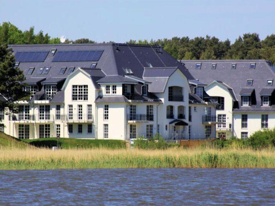 Blick vom Achterwasser auf die Ferienanlage