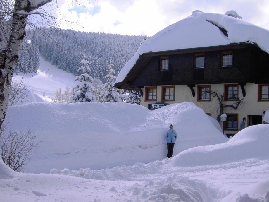 Der Dorfkrug im Hintergrund Skilift Altglashütten