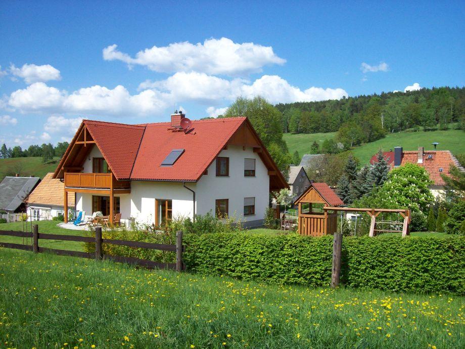 Ferienhaus mit Terasse und Balkon