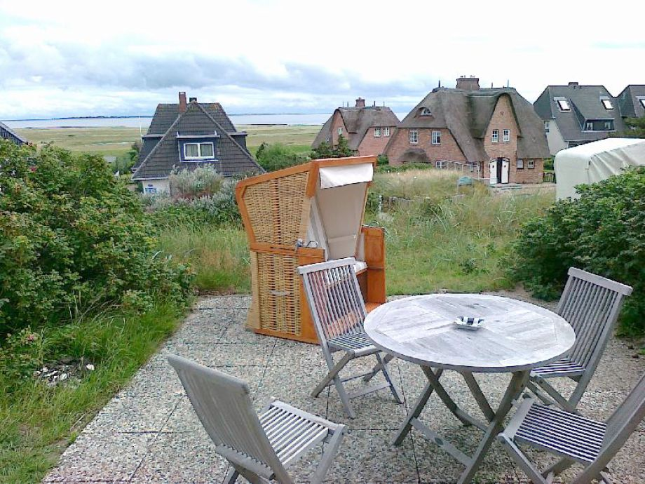 Sogar ein Strandkorb und Gartenmöbeln sind dabei