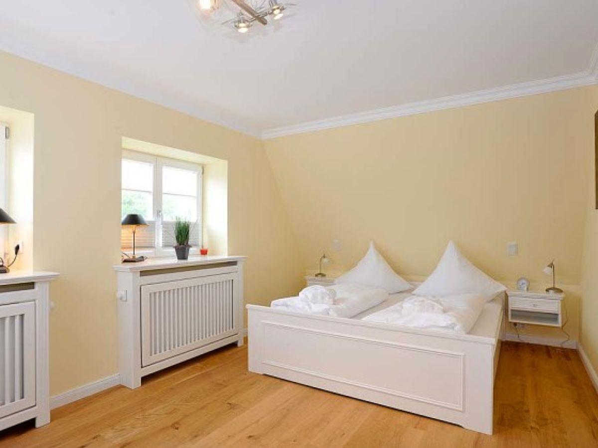 schlafzimmer mit schr gen die besten einrichtungsideen und innovative m belauswahl. Black Bedroom Furniture Sets. Home Design Ideas