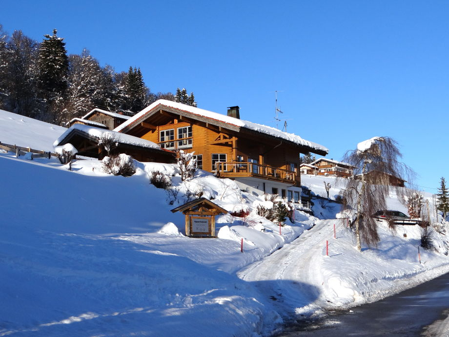 Sonne, Schnee und ein wunderschönes Holzhaus