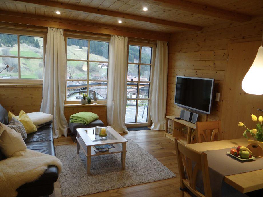 Alpiner Lifestyle im Wohnzimmer mit viel Helligkeit..