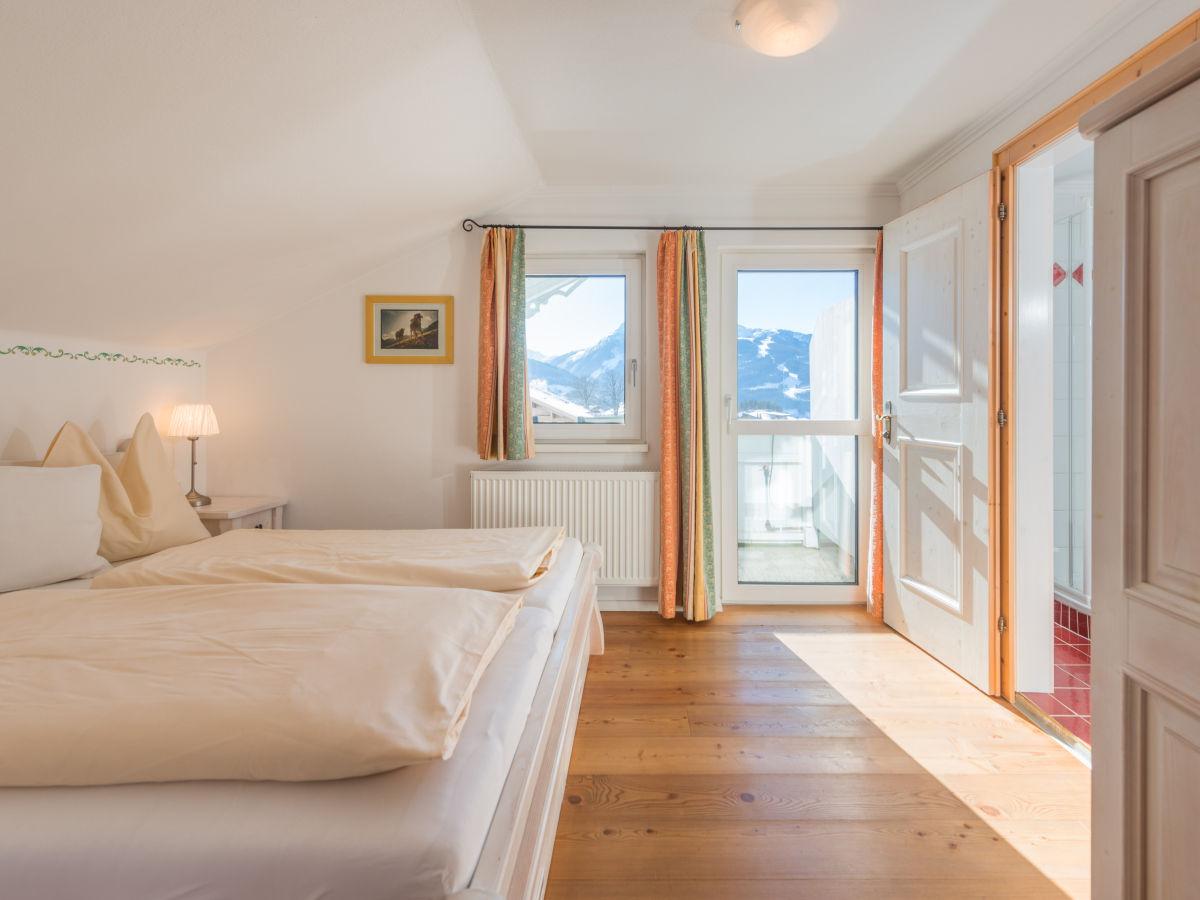 Schlafzimmer Modernes Landhaus. Lattenroste Von Aldi Bettwäsche Grau ...