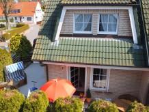 Ferienhaus Holiday in Grömitz: Hübsches 3 Zimmer Ferienhaus mit Strandkorb in 1. Reihe