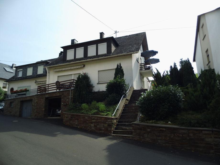 Hausansicht mit seitlichem Balkon