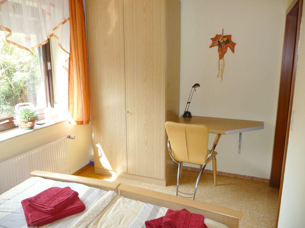 ... Einzelbetten Schlafzimmer mit Schreibtisch 2 Schrankbetten bei Bedarf