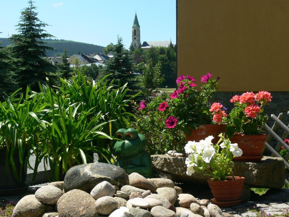 Blick vom Garten zur Kirche