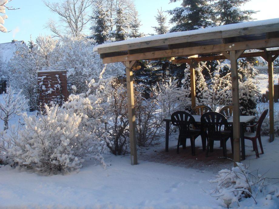 Gartenbereich mit Winterlandschaft