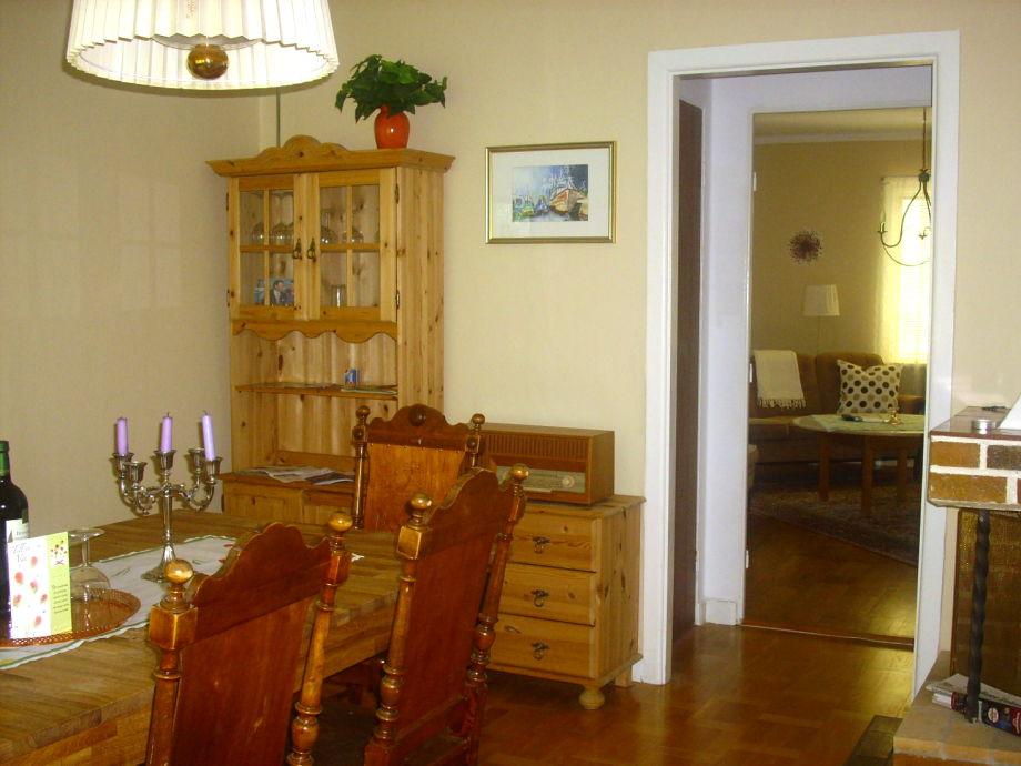 Das Esszimmer mit Durchgang zum Wohnzimmer