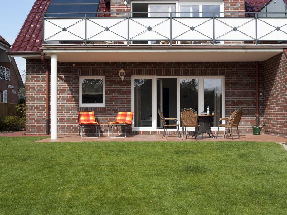 Blick aus dem Garten auf die Terrasse