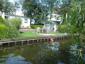 Ferienhaus D45 - Chaletpark de Brekken- reizvoller Garten direkt am See - mit Boot