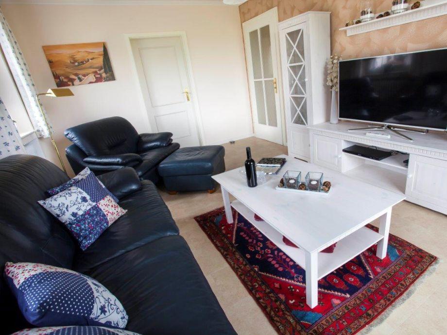 Wohnzimmer mit gemuetlichem Sofa