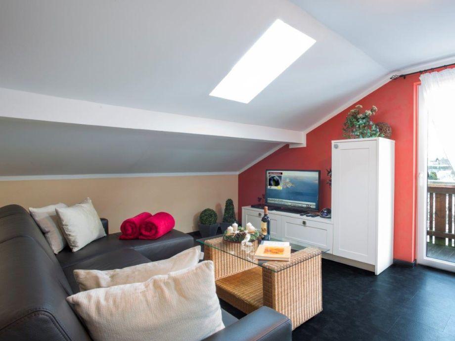 Wohnzimmer mit Schlafsofa und LED TV