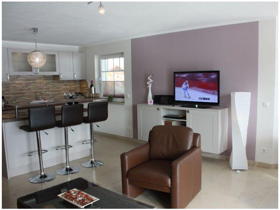 Wohnzimmer mit Bartheke und LED TV