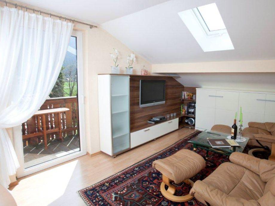 Wohnzimmer mit TV und zusätzlichem  Klappbett
