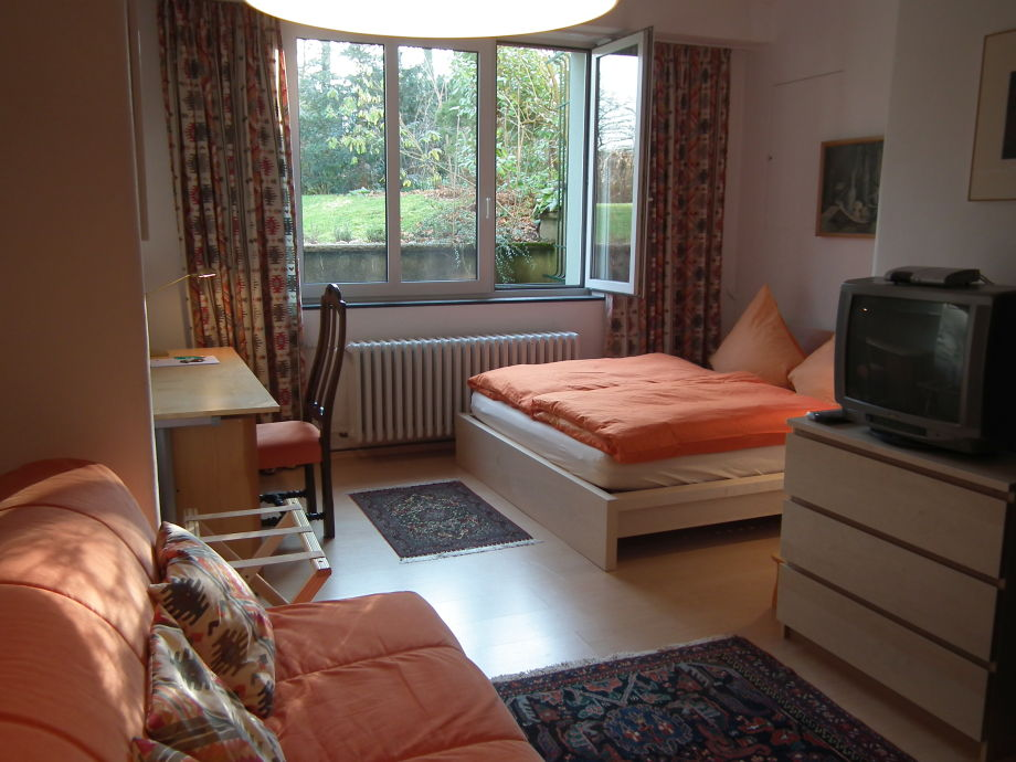 Doppelbett, Blick in Vorgarten