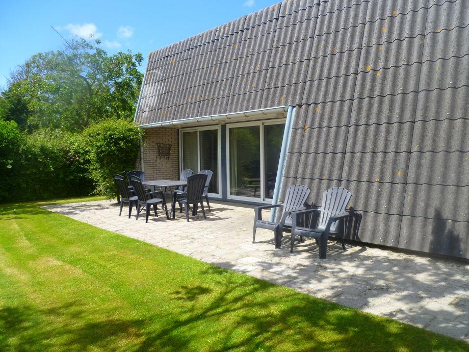 Außenansicht der Ferienwohnung mit gemütlicher Terrasse