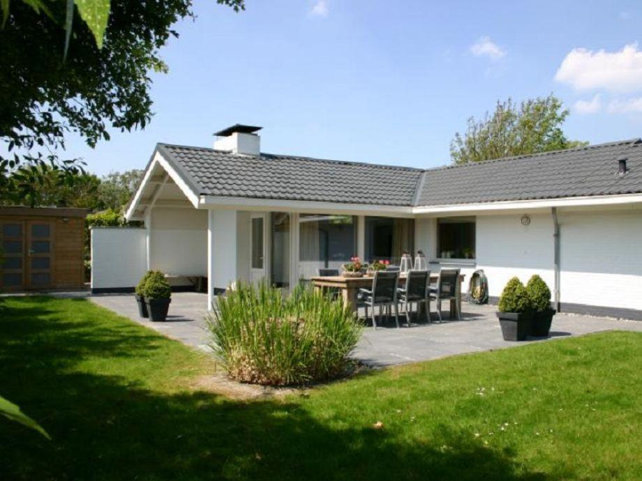 Außenansicht mit Terrasse und Garten